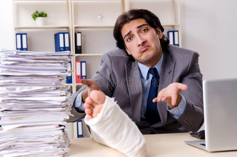 Noga zdradzony pracownik pracuje w biurze zdjęcie stock