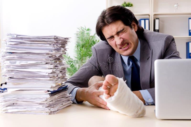 Noga zdradzony pracownik pracuje w biurze zdjęcia stock