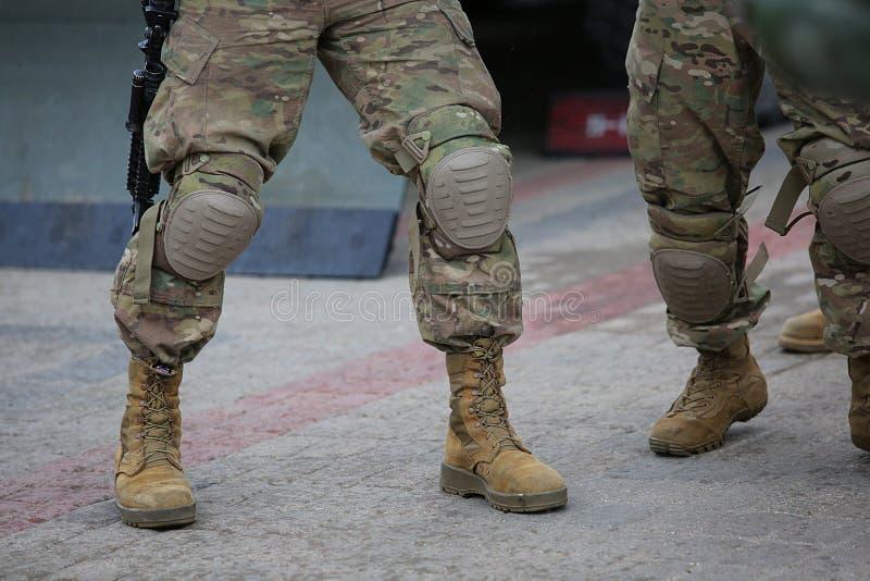 Nogi żołnierze w kamuflażu fotografia stock