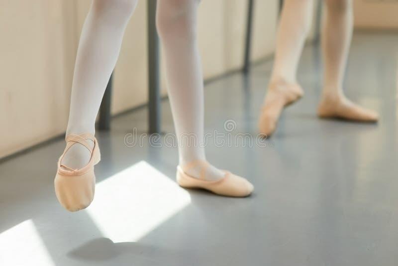 Nogi balerina w troszkę różowi baletniczy buty zdjęcia royalty free