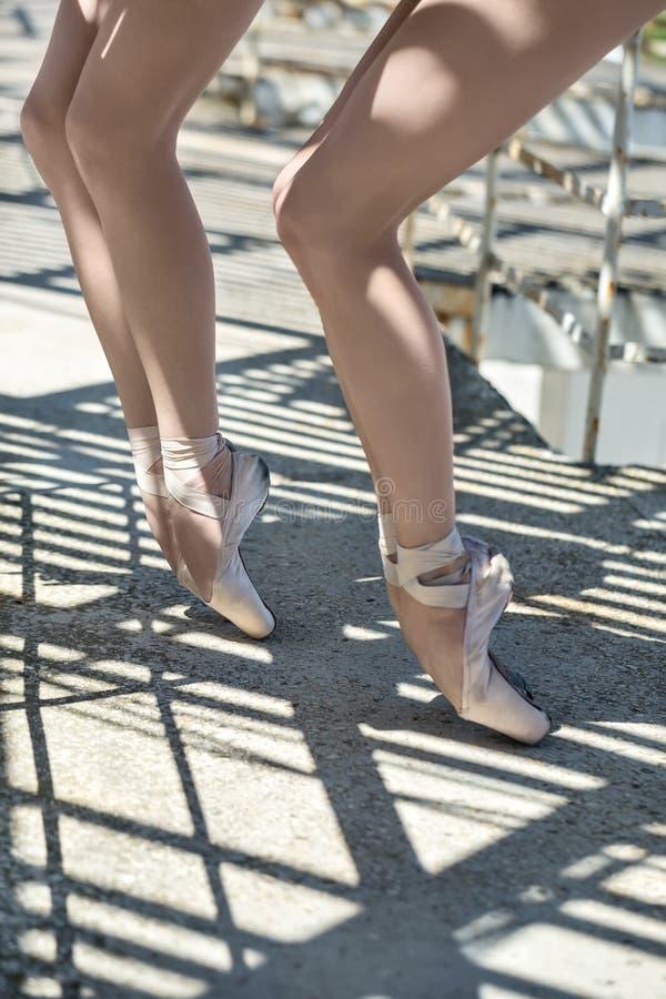 Nogi baletniczy tancerze outdoors zdjęcie royalty free