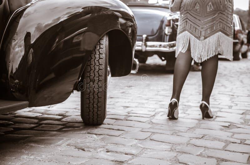 Nogi dostaje z starego samochodu kobieta m?oda kobieta w szpilki butach zdjęcia royalty free