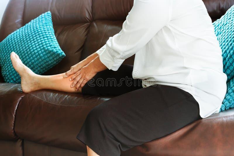 Nogi drętwienie, starszy kobiety cierpienie od nogi drętwienia bólu w domu, problemu zdrowotnego pojęcie obrazy stock