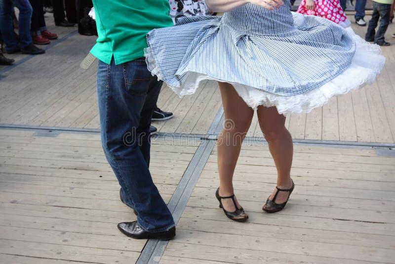 Download Nogi Dwa Rockowego ` N Rolki Tancerza Obraz Stock - Obraz złożonej z feign, tło: 106919135