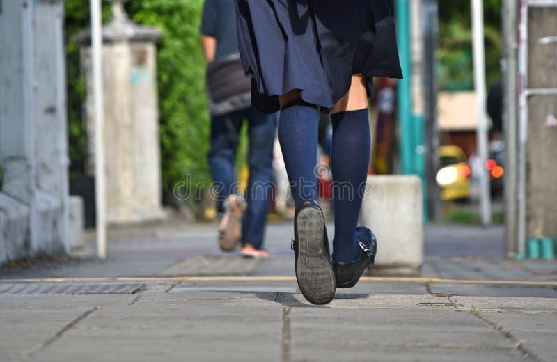 Nogi dziewczyna bieg Na chodniczku zdjęcie stock