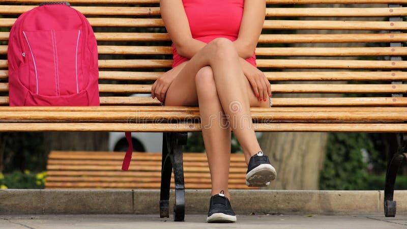 Nogi dziewczyny obsiadanie obraz royalty free
