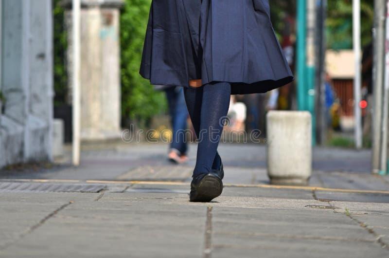 Nogi dziewczyny odprowadzenie Na chodniczku obrazy stock