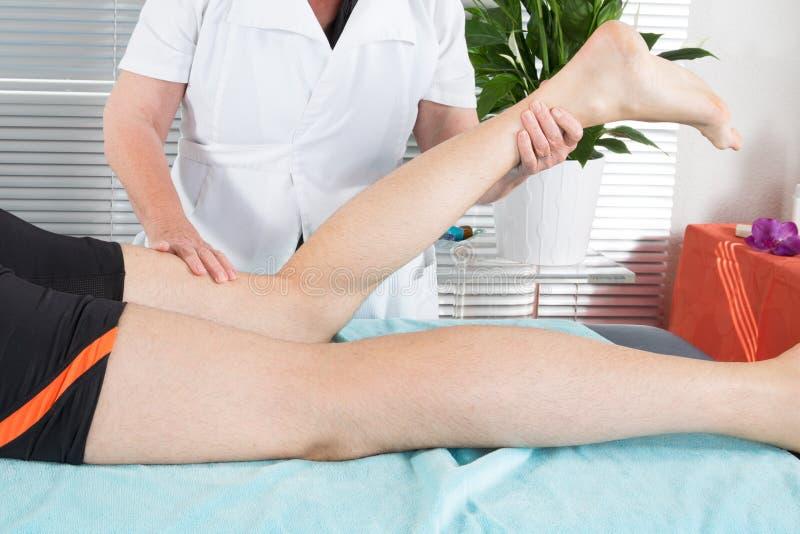 Nogi i pośladka mężczyzna masaż zmniejszać drętwienie i soreness zdjęcie stock