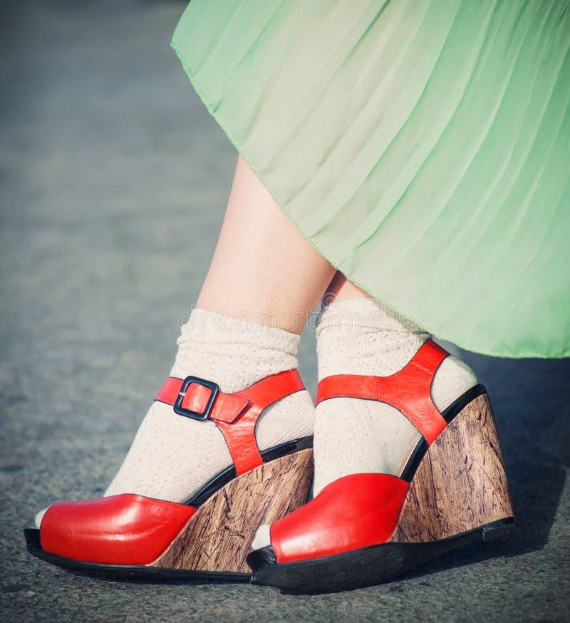 Nogi kobieta z szpilki rocznika stylem zdjęcie royalty free
