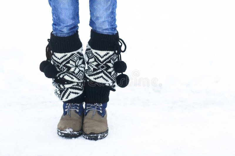 Nogi kobiety odprowadzenie w zima parku z odbitkowym astronautycznym terenem dla a zdjęcie stock