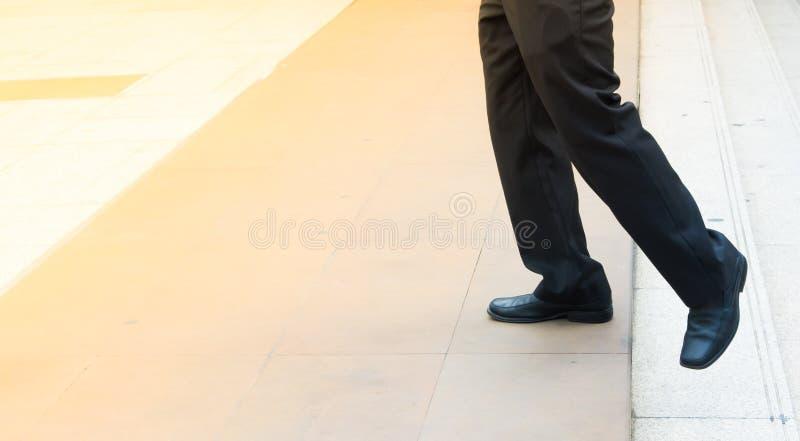 Nogi mężczyzna podchodzili od kroków i posyłają przestrzeń dla ruchu dla fotografia stock