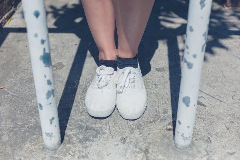 Nogi młoda kobieta barami obraz stock