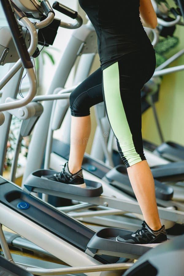 Nogi na elliptical trenerze obrazy stock