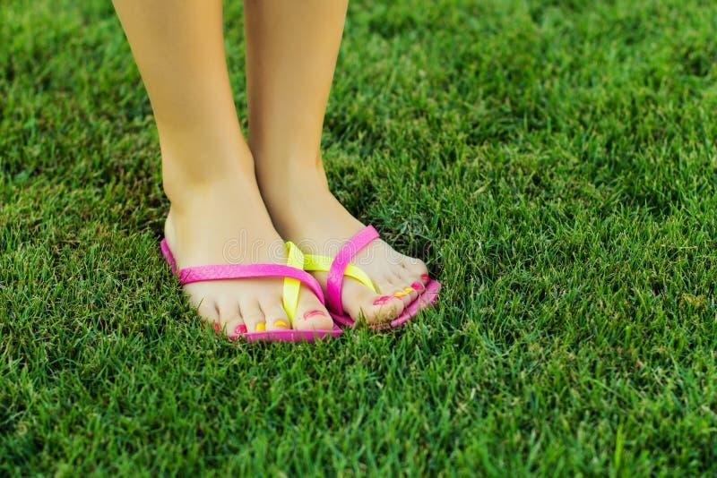 Nogi na trawie zdjęcia royalty free