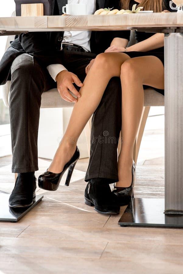 Nogi pary obsiadanie przy restauracją zdjęcia royalty free