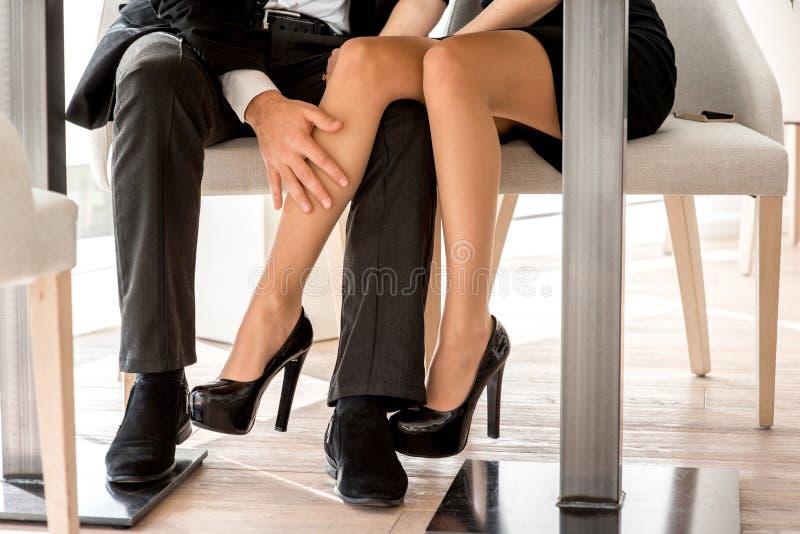Nogi pary obsiadanie przy restauracją obrazy stock