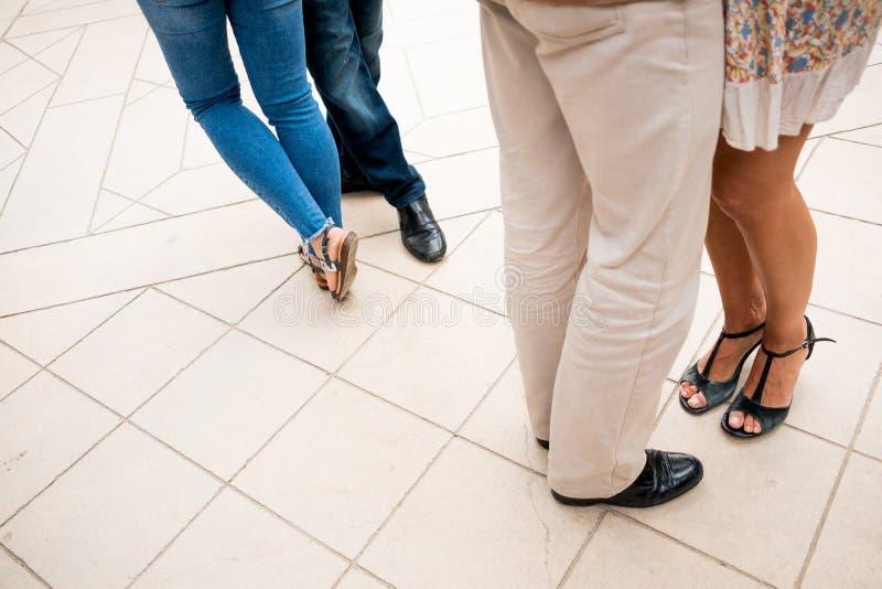 Nogi pary tanczy argentyńskiego tango widzieć z góry na bruku chodzeniu i elegancko ubierającego outdoors obrazy stock