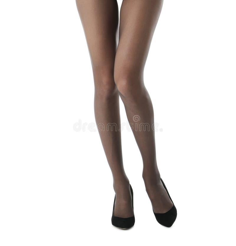 Nogi piękna młoda kobieta w rajstopy i heeled butach na białym tle obrazy stock