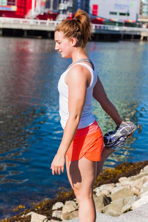Nogi rozciągliwość - boczny widok zdjęcia stock