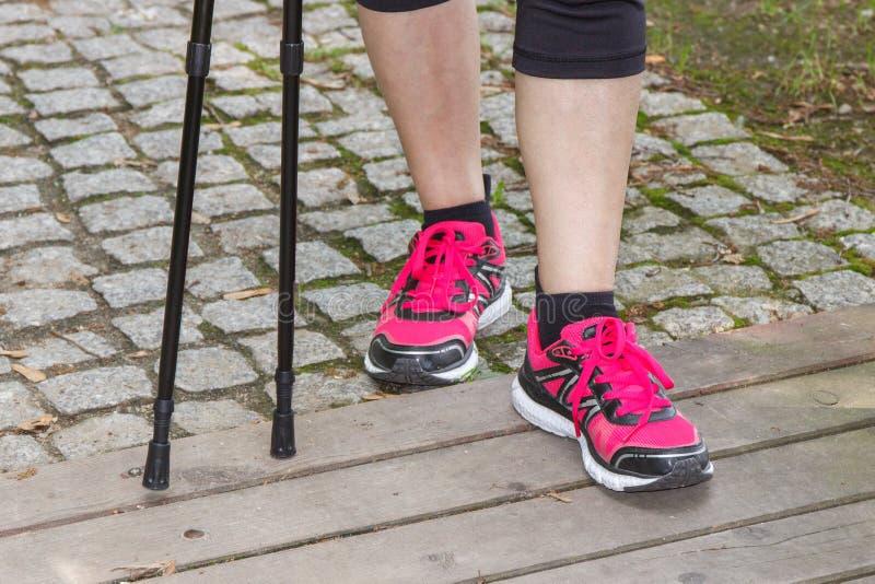Nogi starsza starsza kobieta i północni chodzący kije, sporty style życia obraz stock