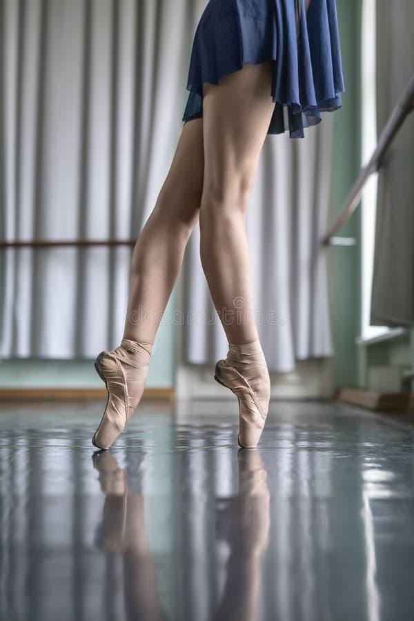 Nogi tancerz w baletniczej sala zdjęcie royalty free