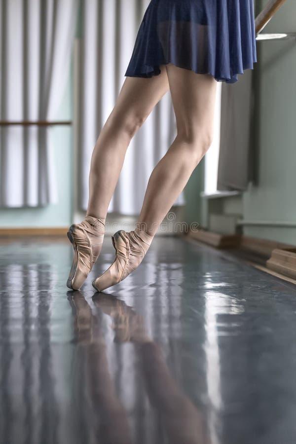 Nogi tancerz w baletniczej sala zdjęcia royalty free