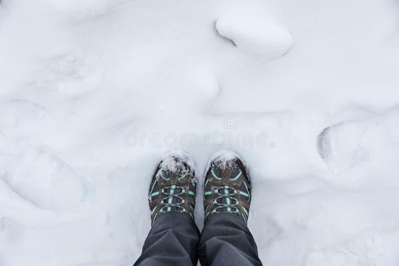 Nogi w butach w tle biały śnieg, backround zdjęcia stock