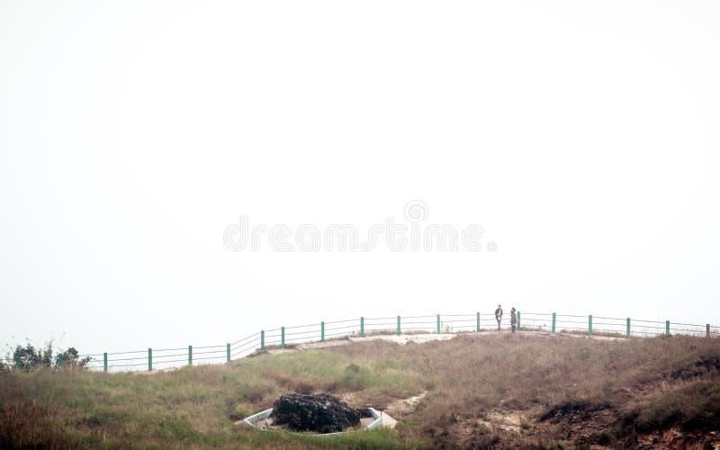 Nohkalikai若叶号下跌Cherrapunjee梅加拉亚邦,印度2018年12月25日-有雾和多云风景,地球的最湿的地方 免版税库存图片