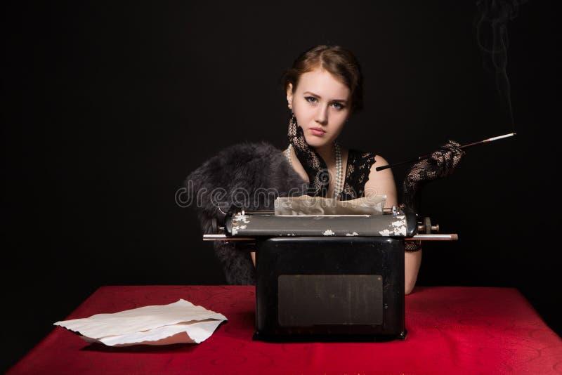 Noir影片新闻记者女孩 免版税图库摄影