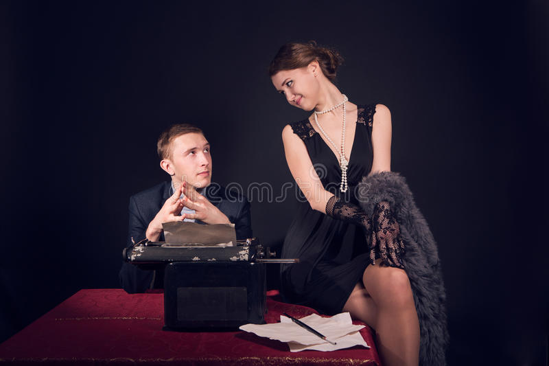 Noir журналист фильма и девушка стоковое изображение