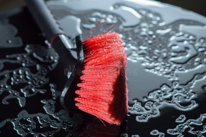 Noir avec la brosse de station de lavage de couleur rouge photos stock