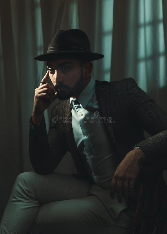 Noir begreppsman för film som bär Trilby Hat royaltyfria bilder