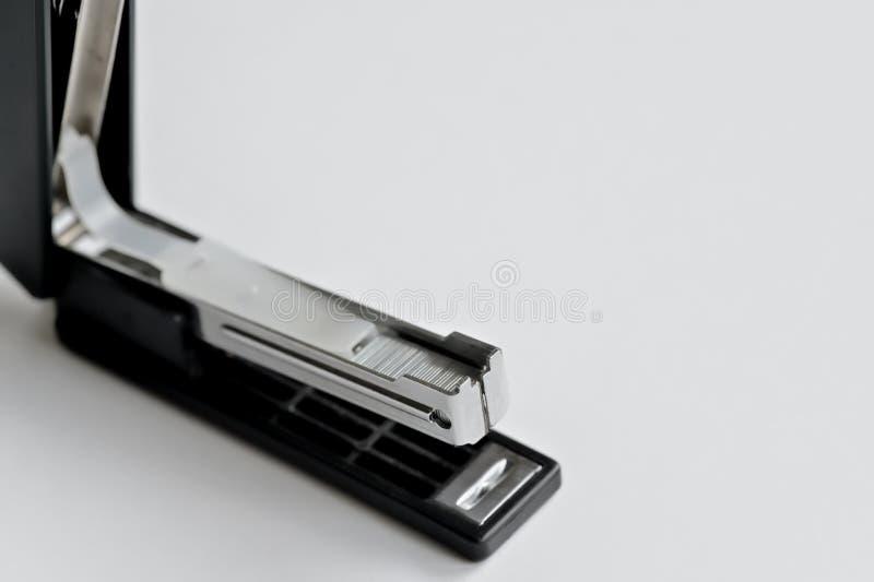 Noir d'agrafeuse avec les trombones d'isolement sur le fond blanc photographie stock libre de droits