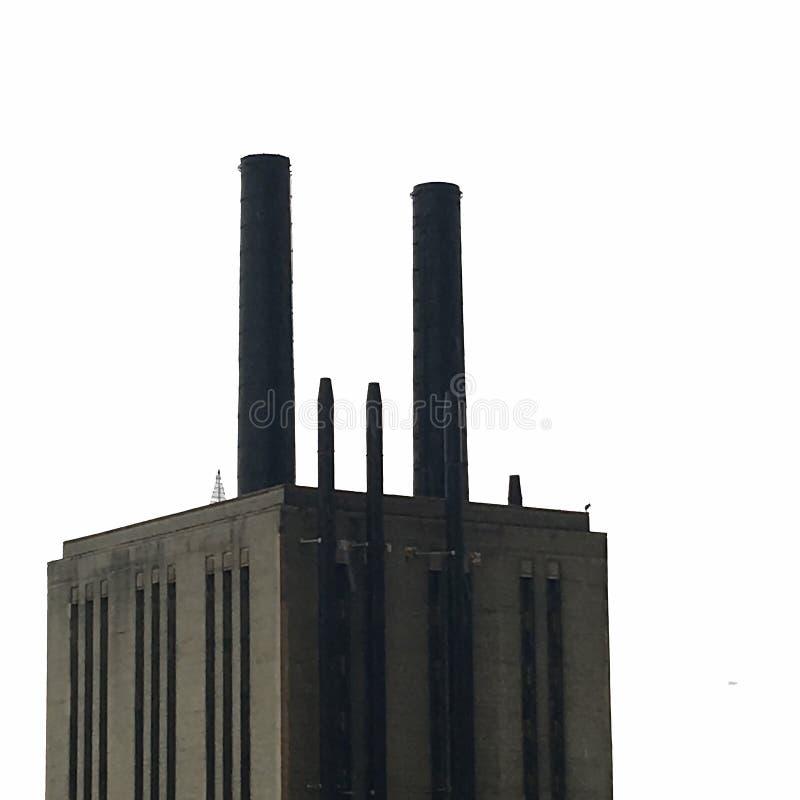 Noir de cheminées d'évacuation des fumées sur un fond blanc photo libre de droits