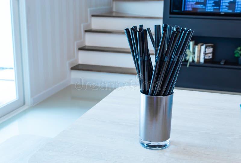 Noir de paille à boire en acier inoxydable en verre images libres de droits