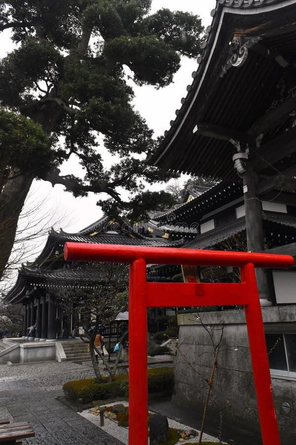 Noir de temple de porte de Kamakura Torii et culture de Japonais de tombeaux image libre de droits