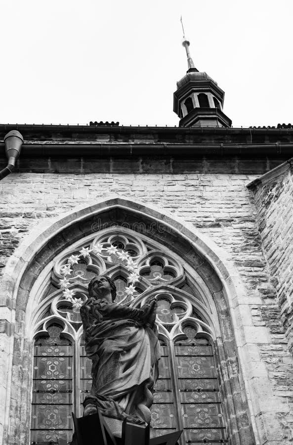 Noir et blanc d'une statue par l'église de notre Madame Before Tyn, vieille place, Prague, République Tchèque, vue de côté photo stock
