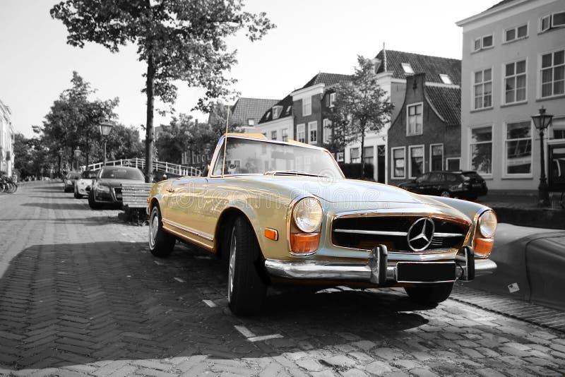 Noir et blanc de vieux benz de Mercedes de cru rétro à Leyde Hollande photographie stock libre de droits