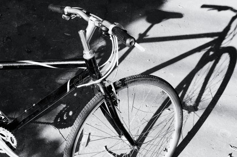 Noir et blanc une bicyclette image libre de droits