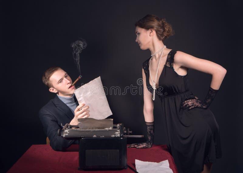 Noir Filmjournalist und das Mädchen stockbilder