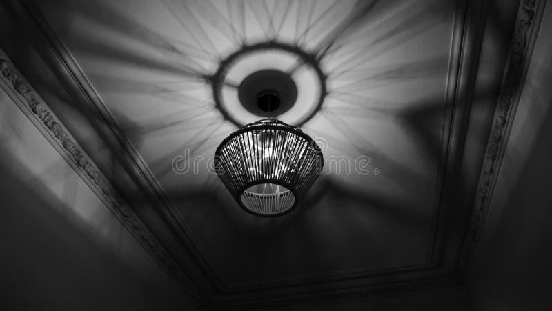 Noir Lampowy cień na suficie obraz stock