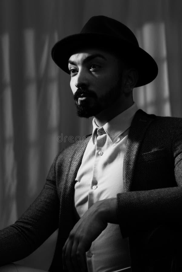 Noir man för film som bär en Trilby royaltyfri fotografi