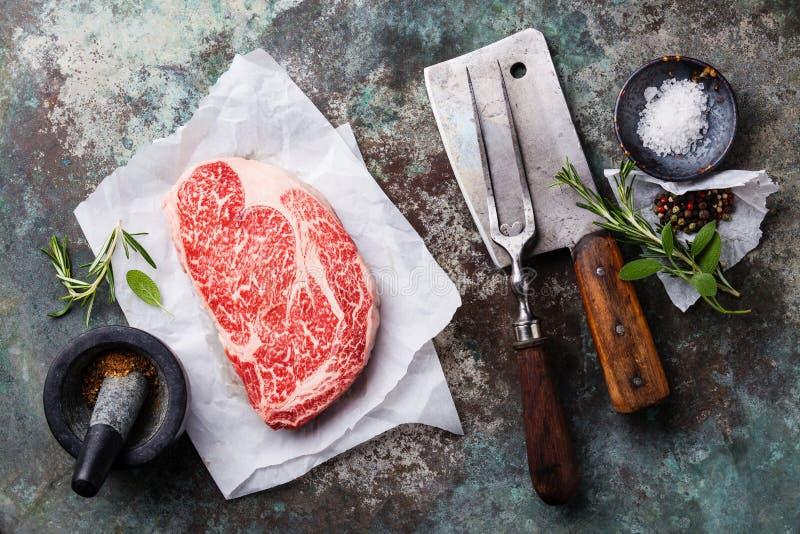 Noir marbré frais cru Angus Steak Ribeye de viande photos stock
