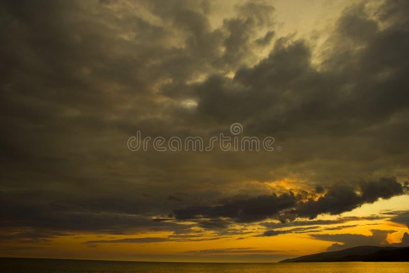 Noir mer-Après le coucher du soleil photo stock