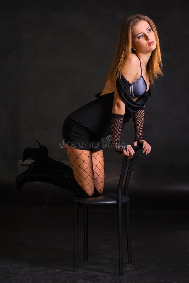 Fille Sexy De Brunette Posant Assez Au Divan Image stock