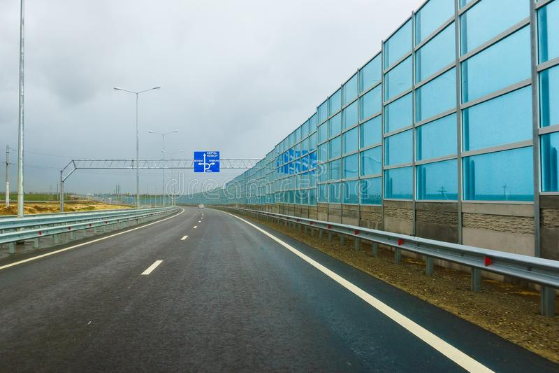 Noise-absorbing οθόνες στο νέο δρόμο α-290 στο παρελθόν M25 στον τομέα του χωριού Taman μια νεφελώδη ημέρα φθινοπώρου στοκ εικόνα με δικαίωμα ελεύθερης χρήσης