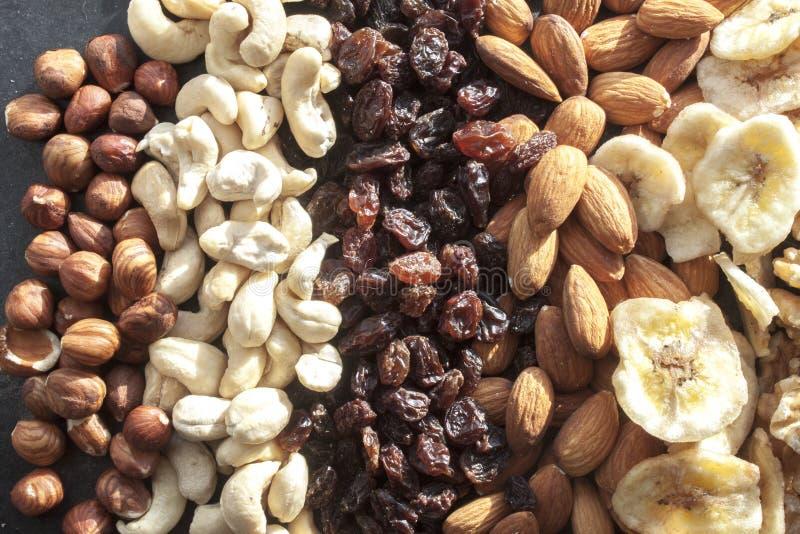 Noisettes, noix de cajou, raisins secs, amandes et bananes sèches photographie stock