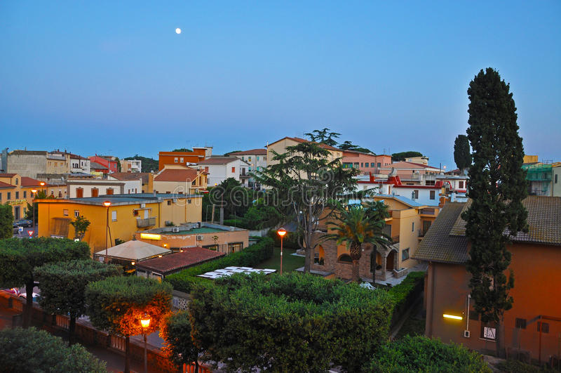 Noite acolhedor na cidade italiana foto de stock