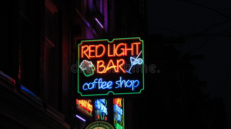 Noite; a barra clara vermelha e a cafetaria do ife assinam dentro Amsterdão imagem de stock