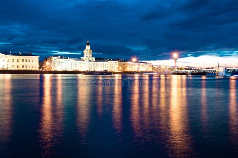 Noite branca acima do rio de Neva imagens de stock